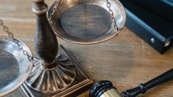 Доверитель Бюро обвинялся в совершении преступлений, предусмотренных ч. 4 ст. 291.1 УК РФ (посредничество во взяточничестве, совершенное в особо крупном размере), ч. 7 ст. 204 УК РФ (коммерческий подкуп, совершенный в крупном размере), ч. 8 ст. 204 УК РФ (коммерческий подкуп, совершенный в особо крупном размере). Адвокаты Бюро вступили в дело в качестве защитников на стадии рассмотрения уголовного дела судом первой инстанции. Сторона защиты настаивала на необходимости прекращения уголовного преследования До